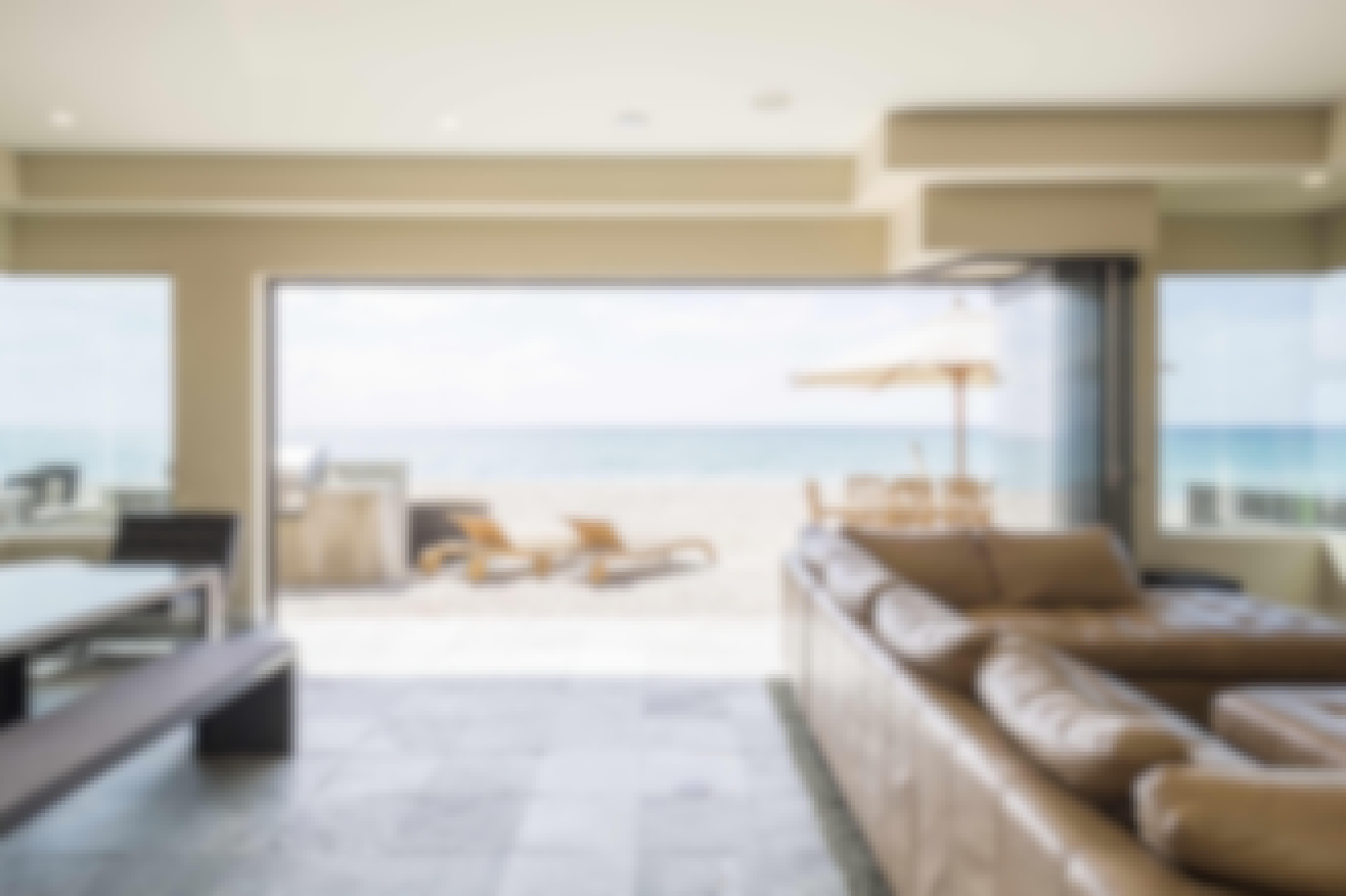 open-frameless-glass-wall-with-beach-access
