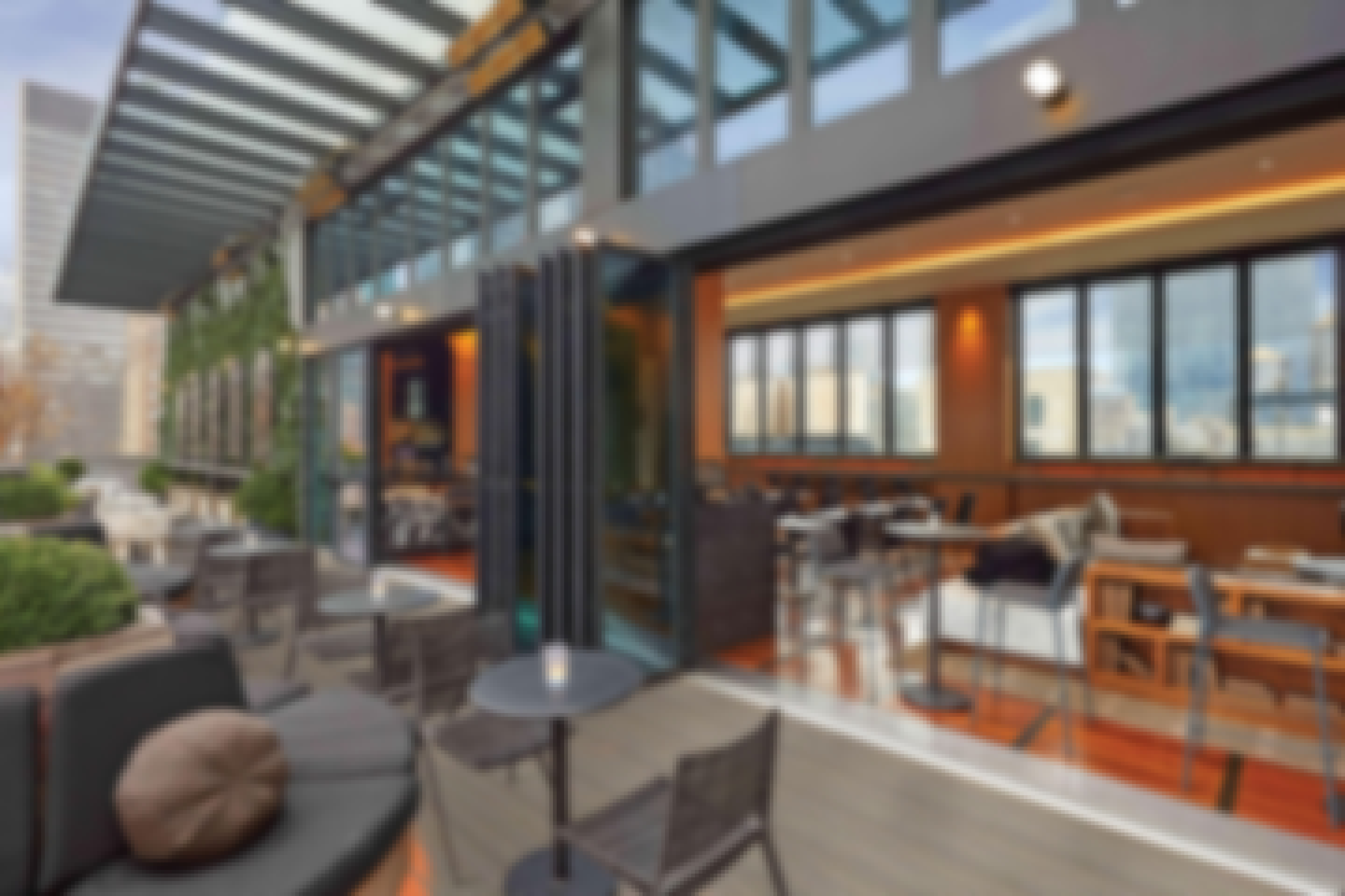 The Castell Lounge features the SL70 system to create a seamless transition between bar and rooftop terrace.