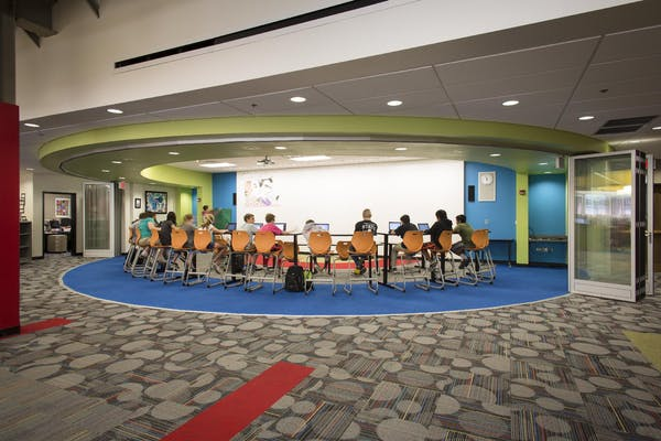 computer classroom lab with acoustic moveable glass walls with segemented curve design