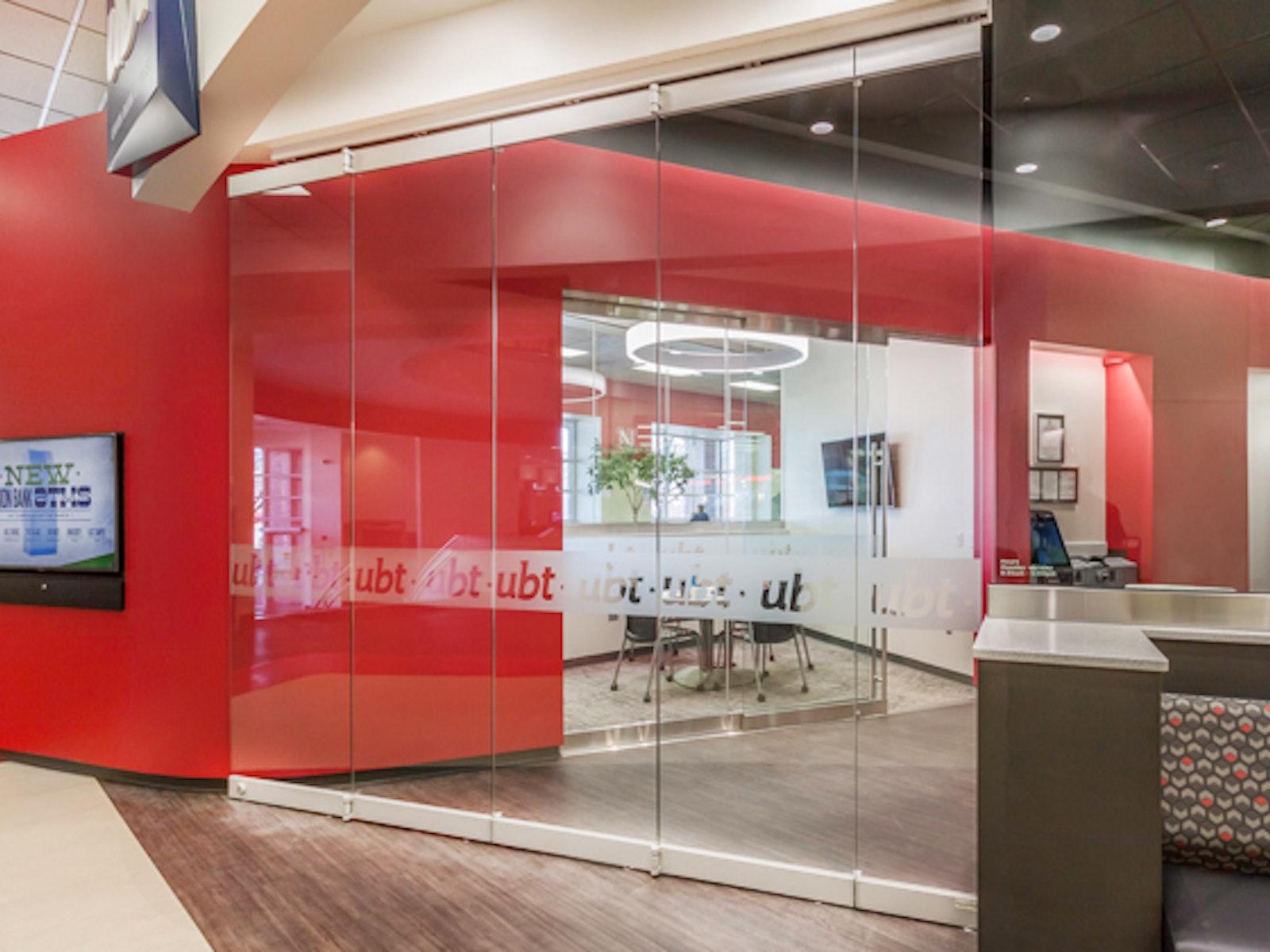 Center Pivot Frameless Glass Walls -features